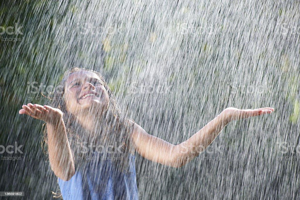 Lächeln Mädchen spielt im Regen – Foto