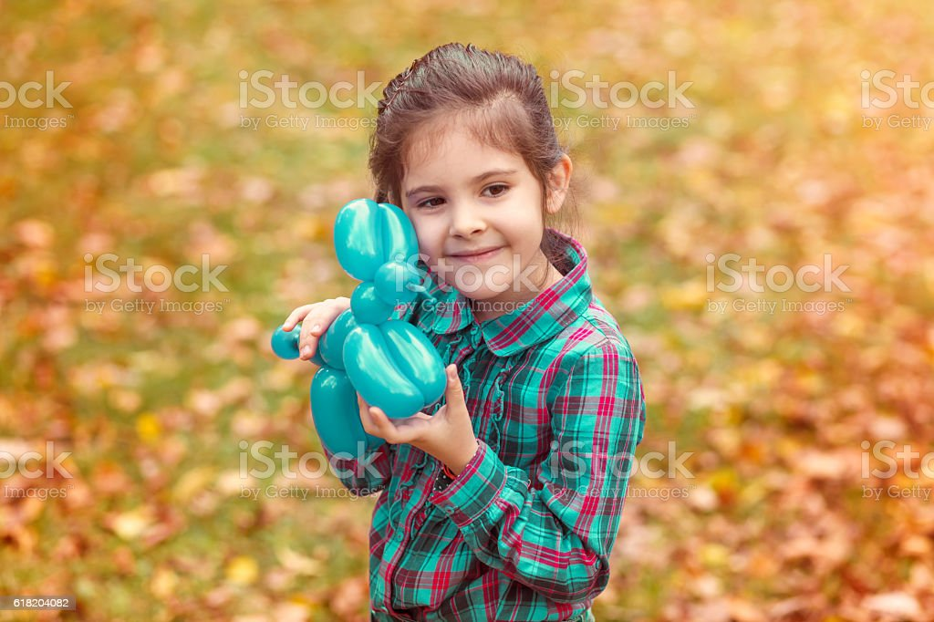 Smiling Girl Playing in the Autumn Park - foto de acervo