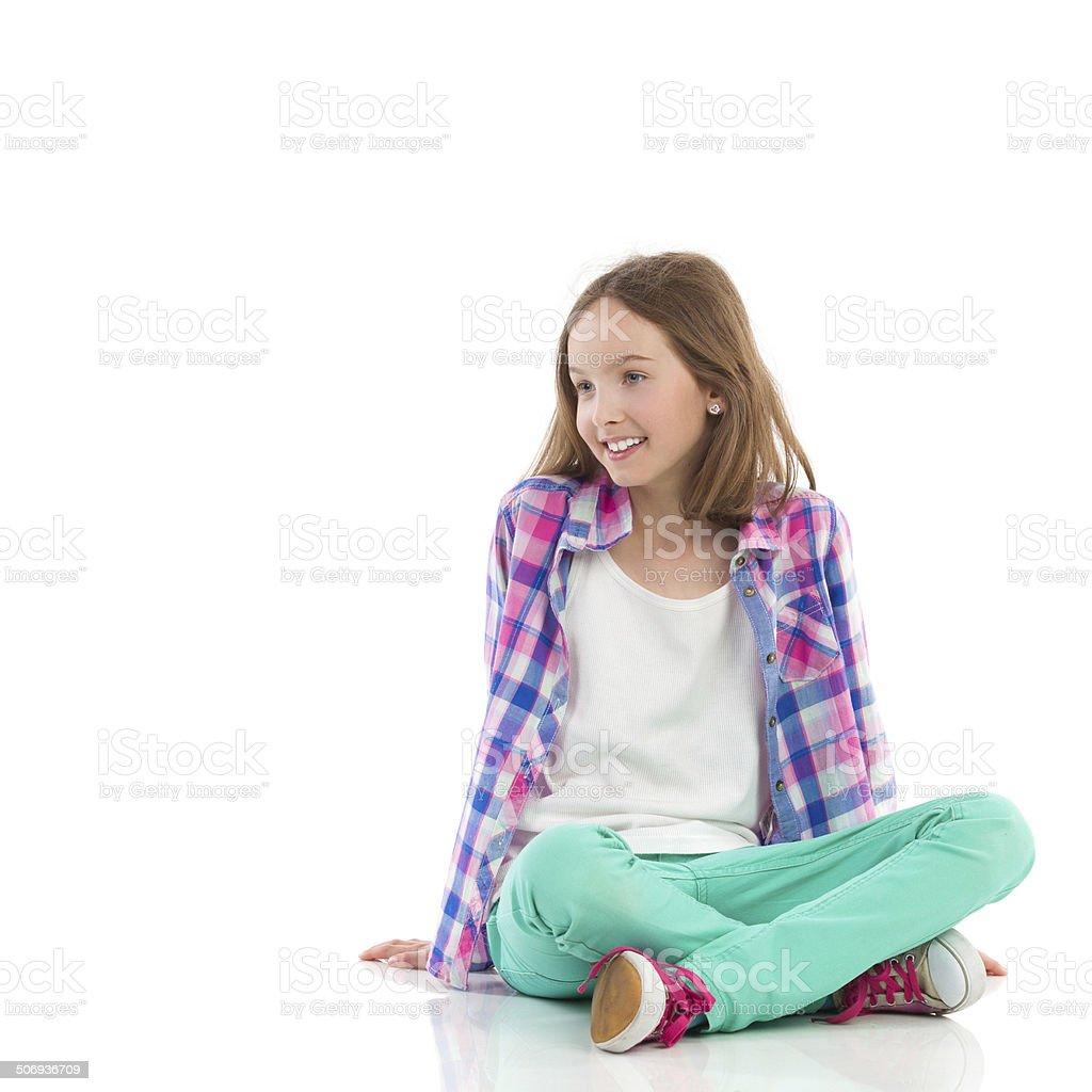 Souriant femme assise avec les jambes croisées - Photo
