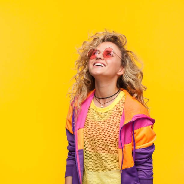 smiling girl wearing sunglasses looking up - capelli mossi foto e immagini stock
