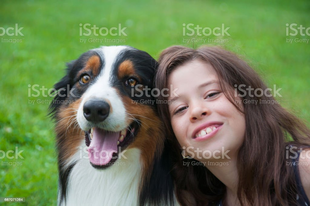 Smiling girl with her dog – Foto