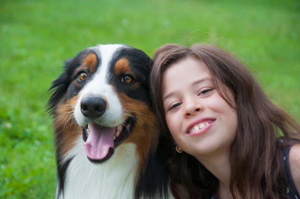Lächelnde Frau mit Hund – Foto