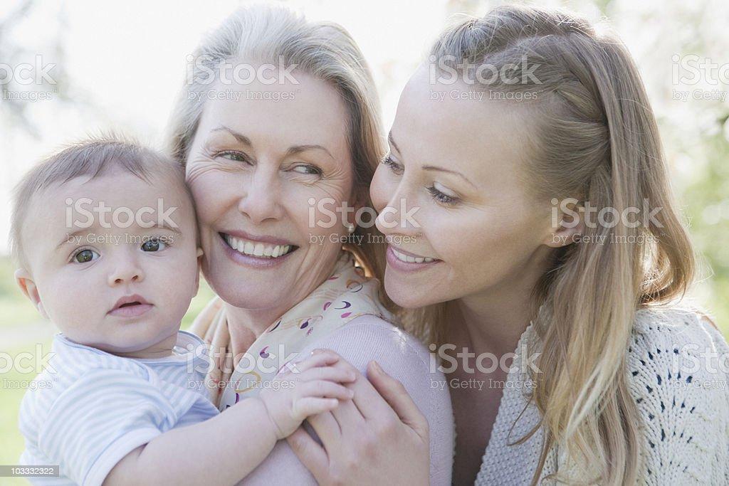 Sonriendo abuela, la Madre e hijo - foto de stock