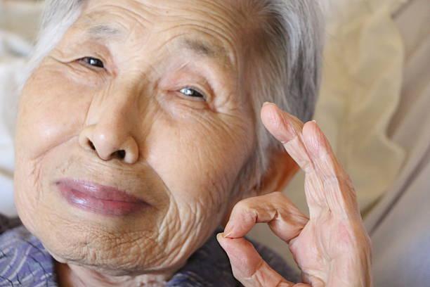 笑顔の祖母 - 高齢者介護 ストックフォトと画像