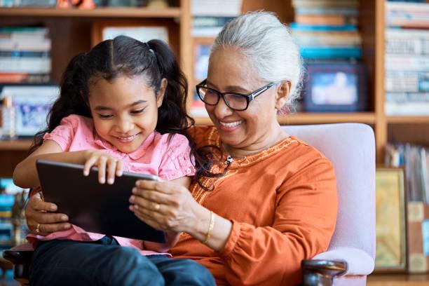 Lächelnden Großmutter mit digital-Tablette mit Mädchen – Foto