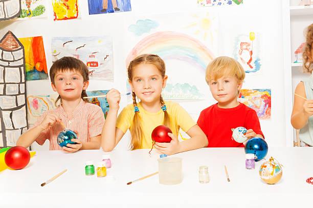 lächelnd gruppe von kinder malen silvester-bälle - weihnachtsbilder zum ausmalen stock-fotos und bilder