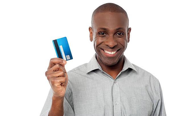 Lächelnde Mann hält Kreditkarte – Foto