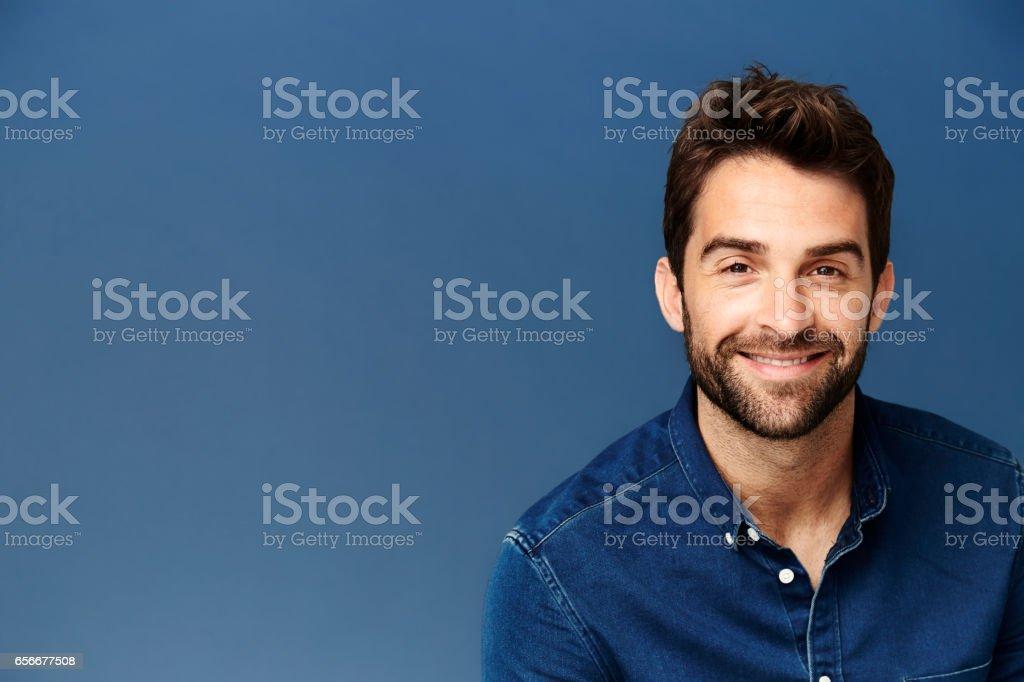 Smiling guy in blue – zdjęcie