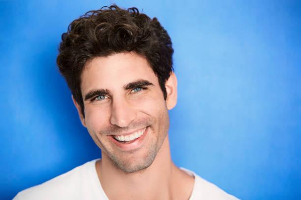 Lächelnder Mann auf blau – Foto