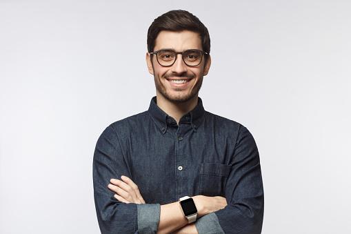 腕を組む男性の写真 アインの集客マーケティングブログ