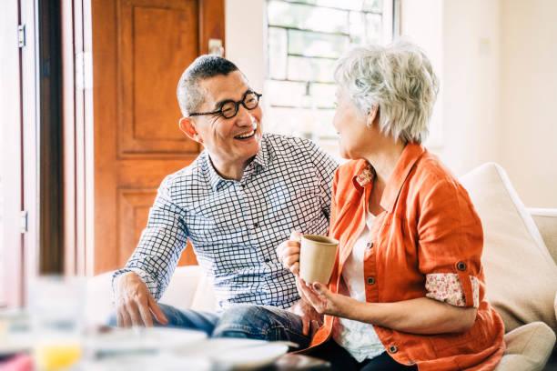 Lächelnd glückliches asiatisches Seniorenpaar zu Hause – Foto