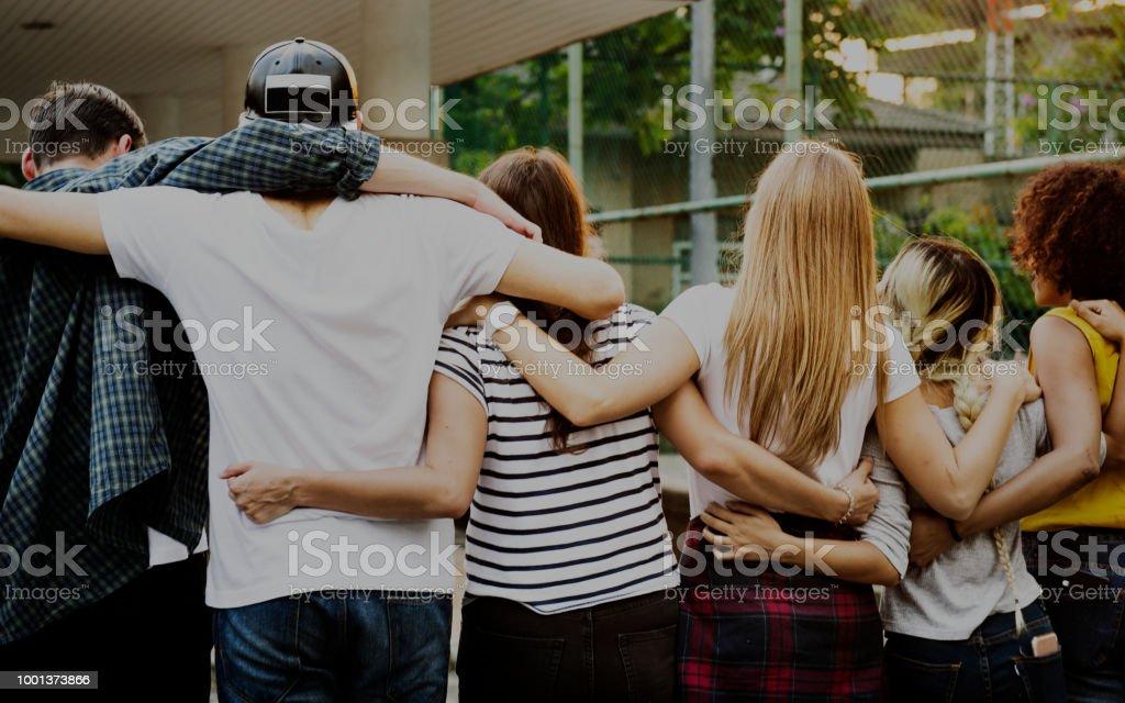 Lächelnd, glücklich junge Erwachsene Freunde Arme um Schulter im freien Freundschaft und Verbindung-Konzept – Foto