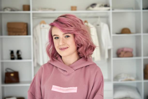 笑顔ヒップスタージェンzティーン女の子のファッションデザイナーピンクの髪のヘッドショット肖像画。 - gen z ストックフォトと画像
