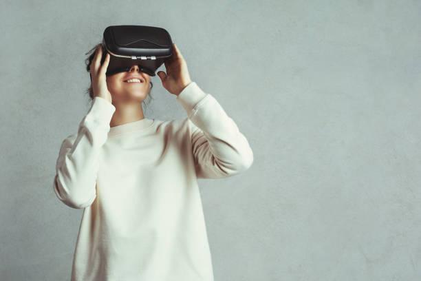 Smiling hipster using VR glasses – Foto