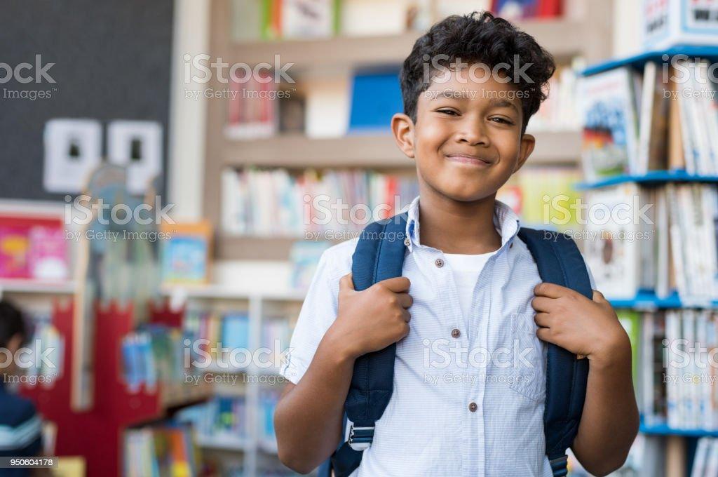 Sonriente niño hispano en la escuela - foto de stock