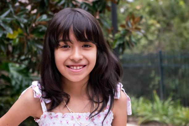 glimlachen-spaanse meisje - 6 7 jaar stockfoto's en -beelden