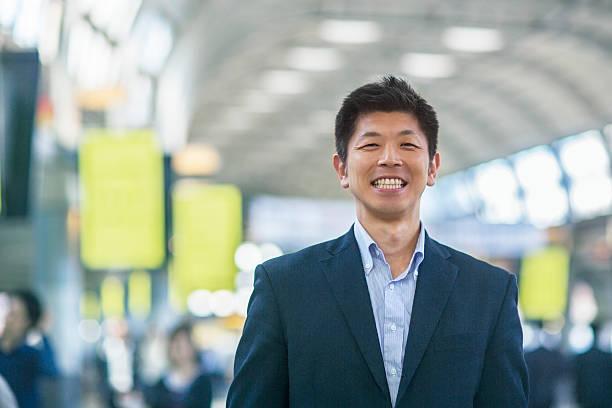 Sonriente hombre de negocios japonés - foto de stock