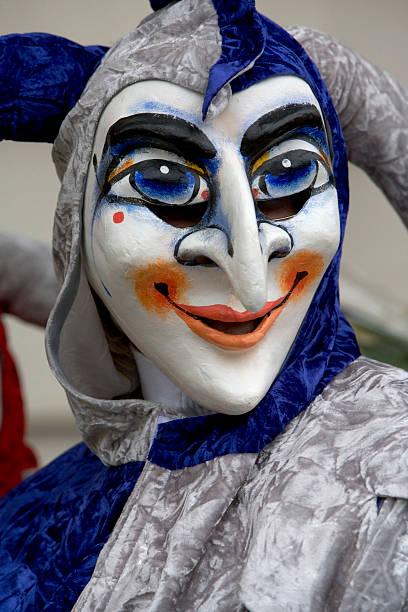 lächelnd jester maske im basler fastnacht in basel, schweiz (xxl - fasnacht stock-fotos und bilder