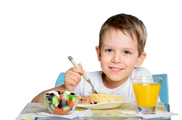 Lächelnd fröhliche junge sitzt am Tisch, isoliert – Foto