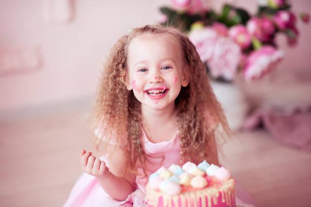 smiling kid girl celebrating birthday - prinzessinnen torte stock-fotos und bilder