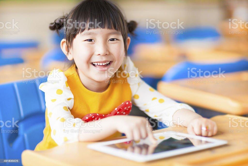 Niño sonriente usando tablet o ipad - foto de stock