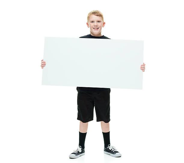 lächelnd kleiner junge hält transparent - sprüche kinderlachen stock-fotos und bilder