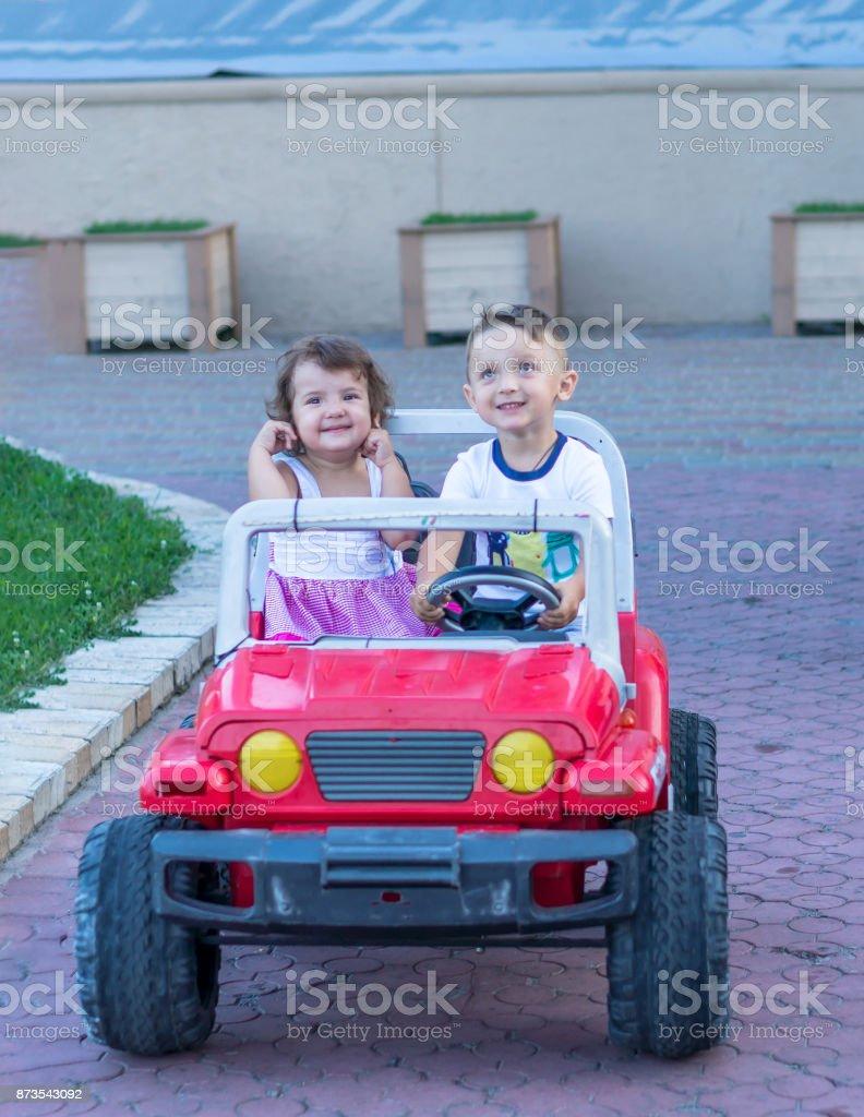 Sonriente Hermana Conducción Coche El Hermano Y Pequeño De Nvn08mw