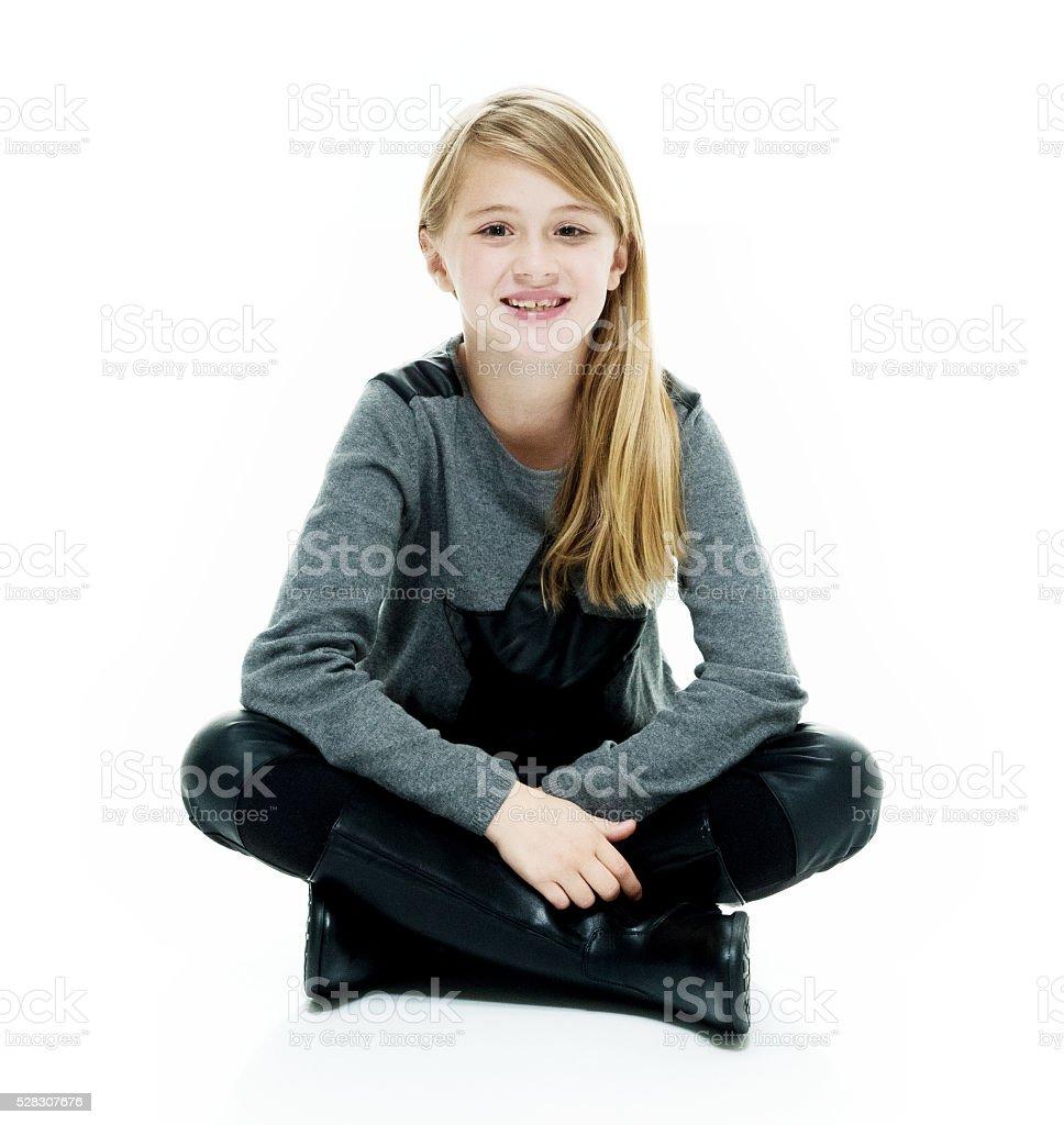 Souriant petite fille assise sur le sol - Photo
