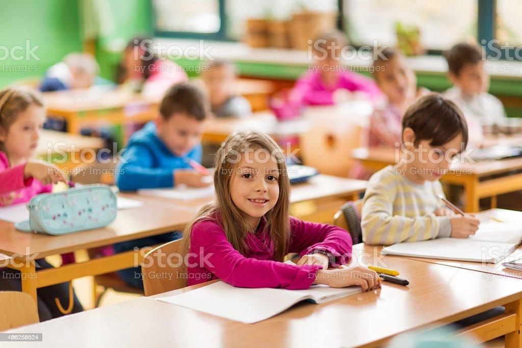 Lächelnd kleiner Junge auf einer Klasse in der Schule haben. – Foto