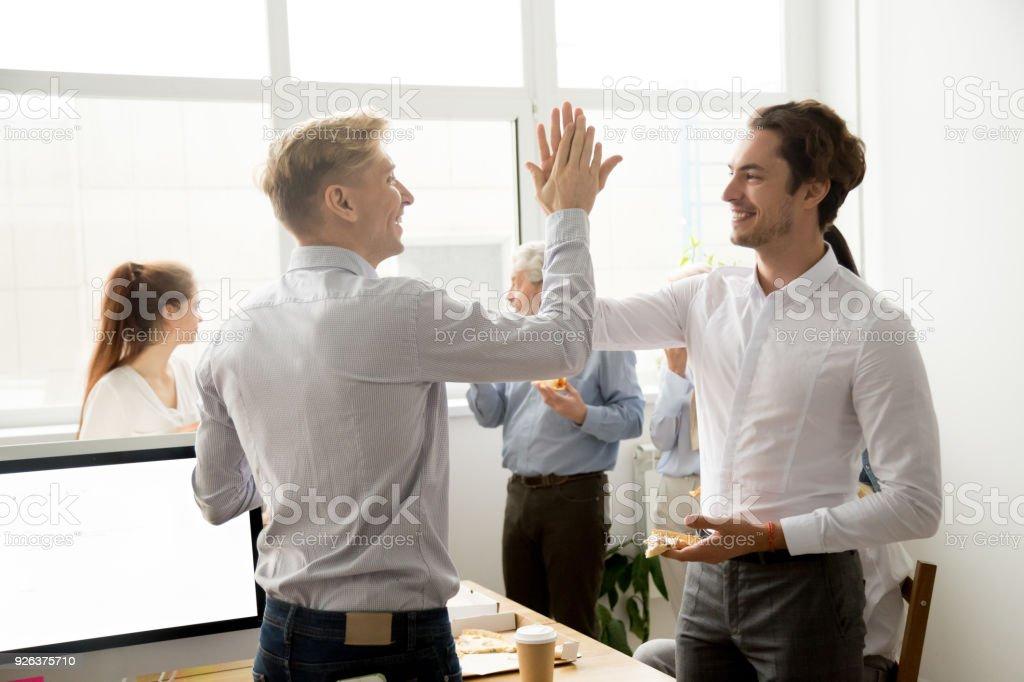 Lachelnd Mannlichen Kollegen Geben Highfive Essen Pizza Zusammen Im