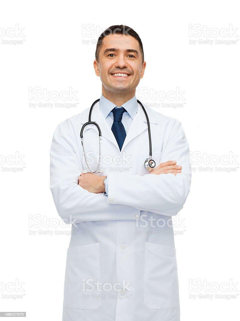 Lächelnd männlichen Arzt auf weißen Mantel – Foto