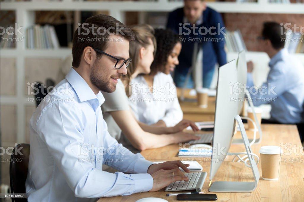 사무실에서 pc에서 웃는 남성 직원 일 문자 메시지 - 로열티 프리 Employee 스톡 사진