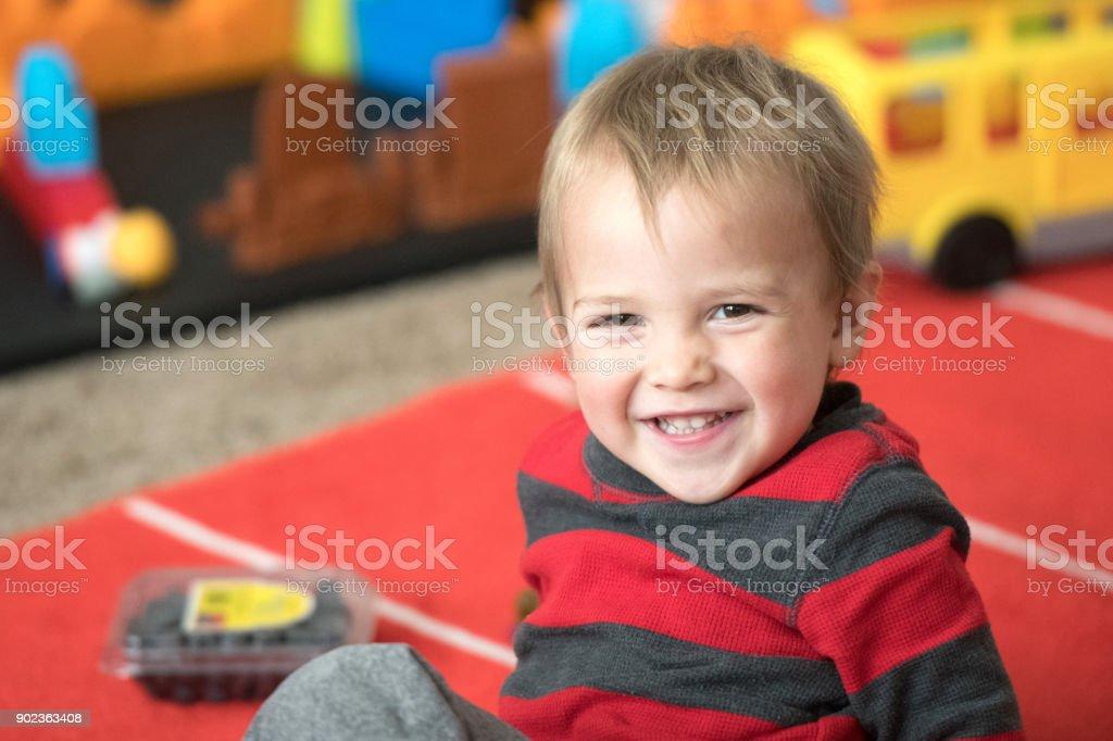 lächelnde männliche Kleinkind – Foto