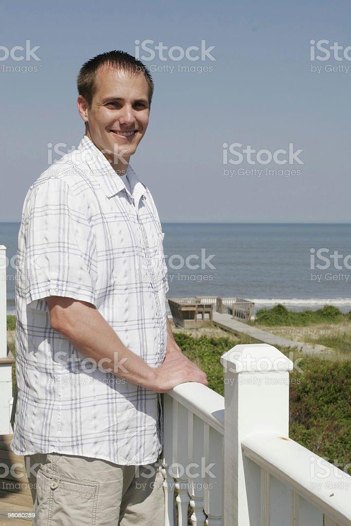 Uomo sorridente sul mare foto stock royalty-free