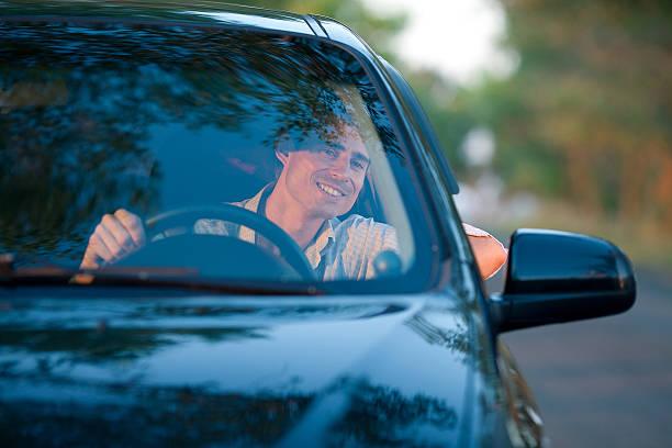 Lächelnd Mann in Auto – Foto