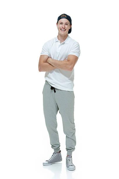 lächelnder mann, jogging pants und stelle - sweatpants stock-fotos und bilder
