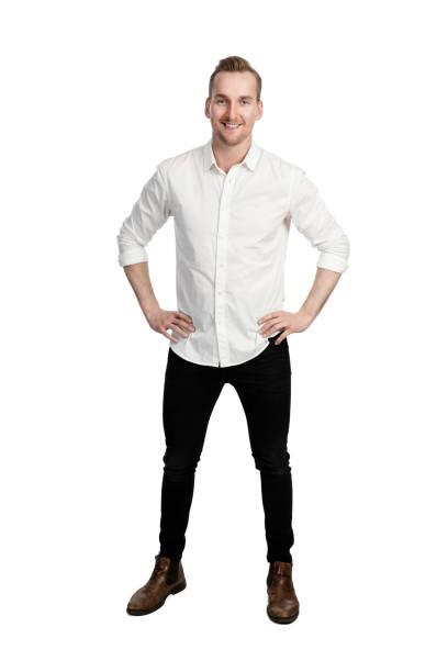 glimlachende man in het shirt en spijkerbroek - korte mouwen stockfoto's en -beelden