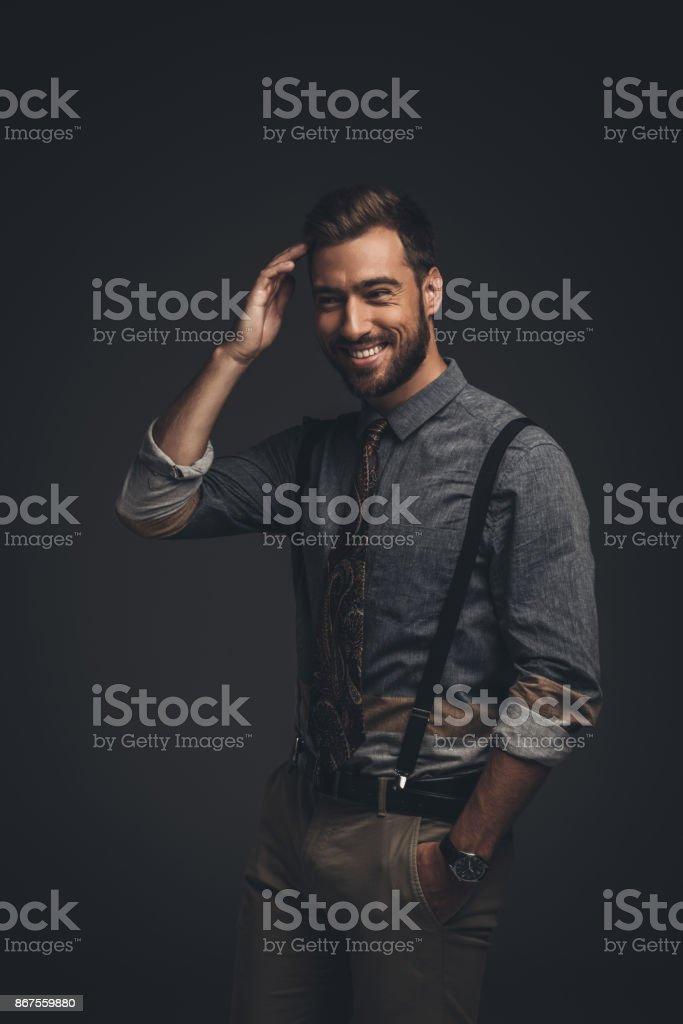 Homme souriant à bretelles - Photo