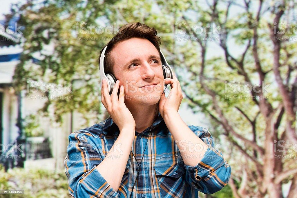 Lächelnder Mann anhören Musik im Freien Lizenzfreies stock-foto