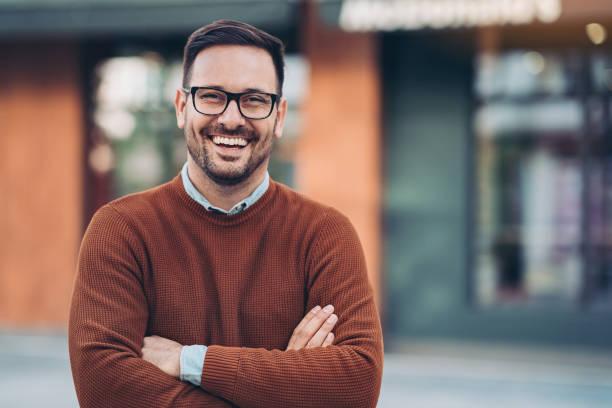 lächelnder mann im freien in der stadt - 30 34 jahre stock-fotos und bilder