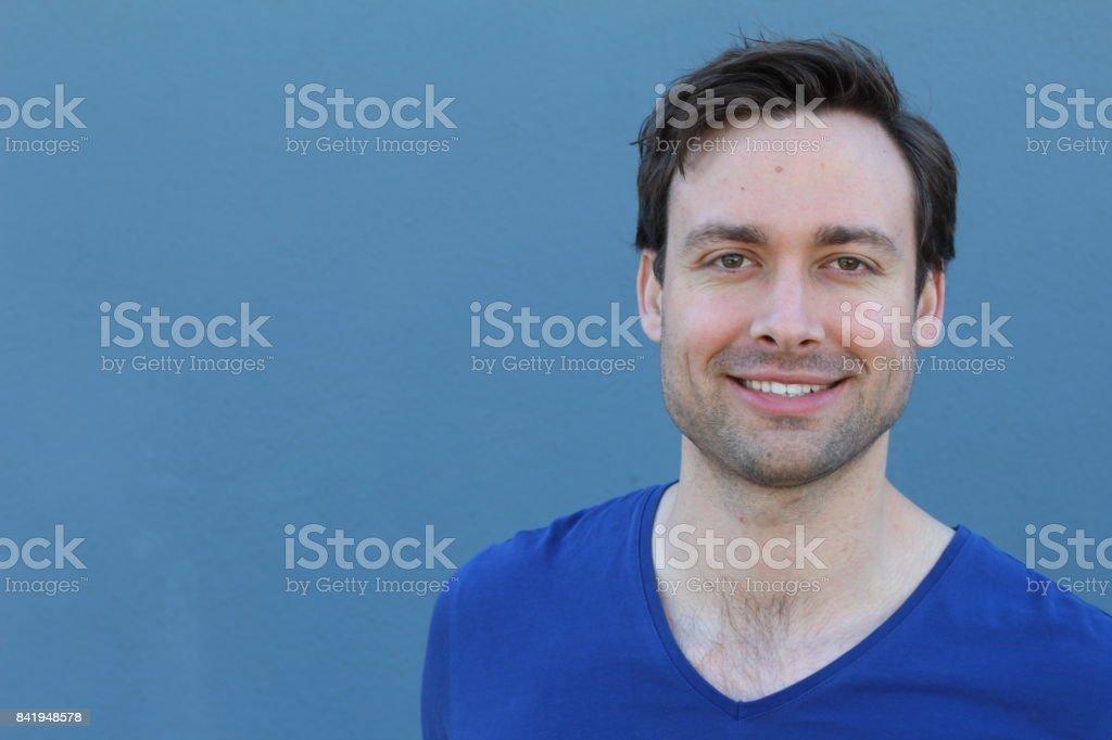 Lächelnder Mann in blauem Hintergrund – Foto