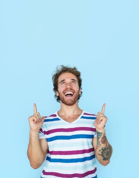 lächelnder mann zeigt bis - tattoo ideen stock-fotos und bilder
