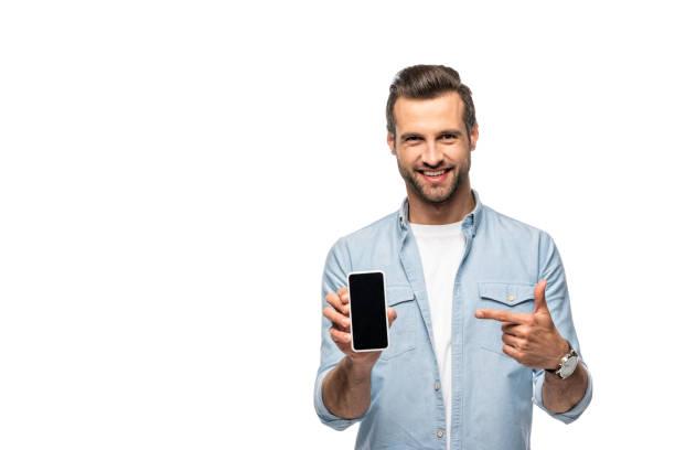 glimlachende man wijzend met de vinger op smartphone met leeg scherm geïsoleerd op wit - tonen stockfoto's en -beelden