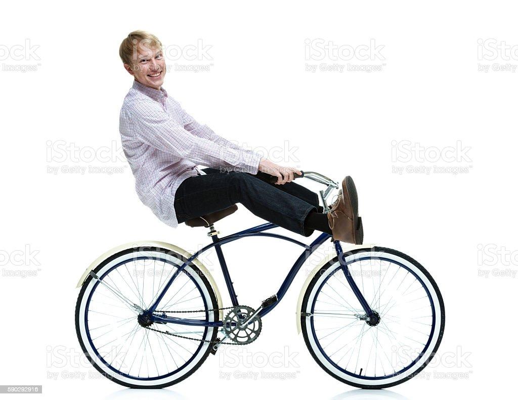 Улыбающегося мужчины езда велосипеде Стоковые фото Стоковая фотография