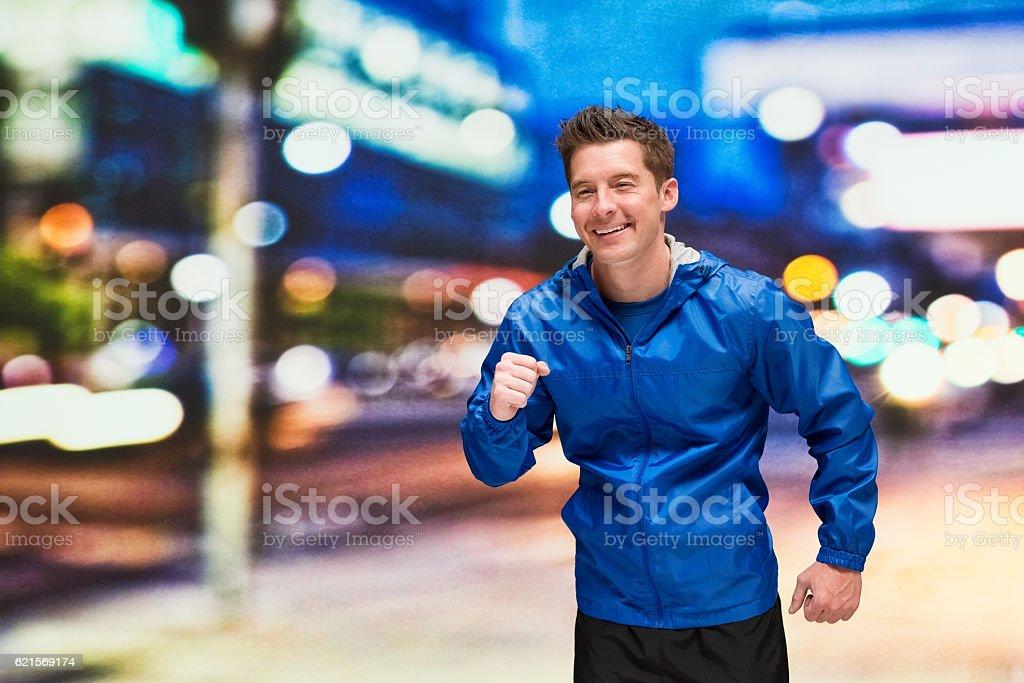 Uomo sorridente running all'aperto foto stock royalty-free