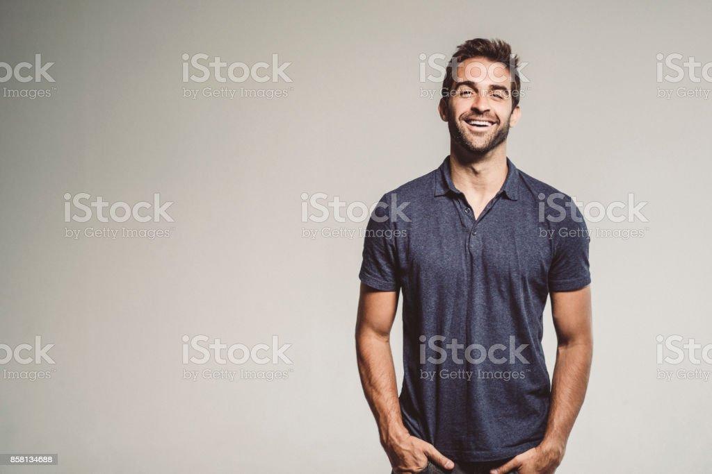 Lächelnder Mann stehend mit Händen in den Taschen – Foto