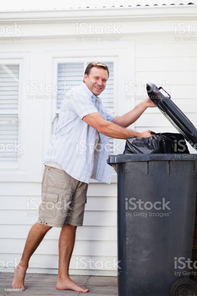 Lächelnder Mann nehmen Sie Müll wieder – Foto