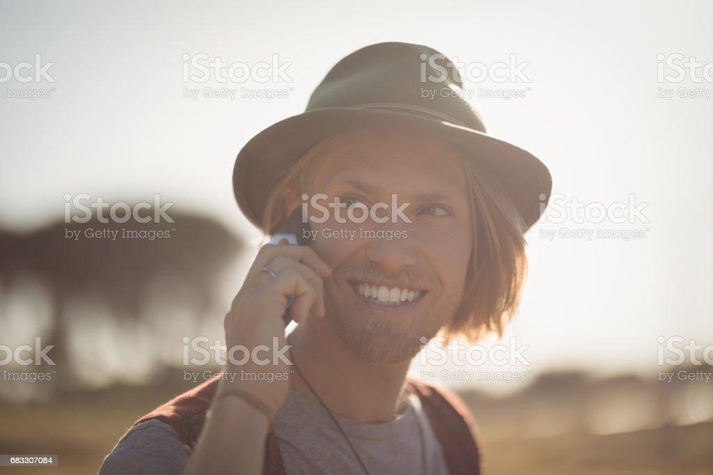 Homme souriant talking sur téléphone mobile photo libre de droits