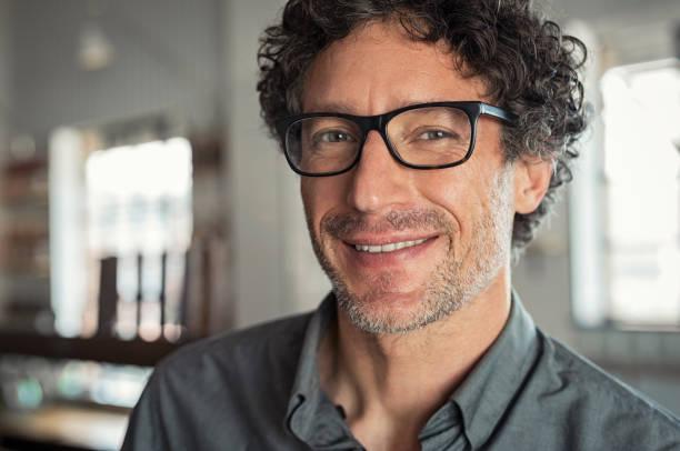 glimlachende man met bril - mid volwassen stockfoto's en -beelden
