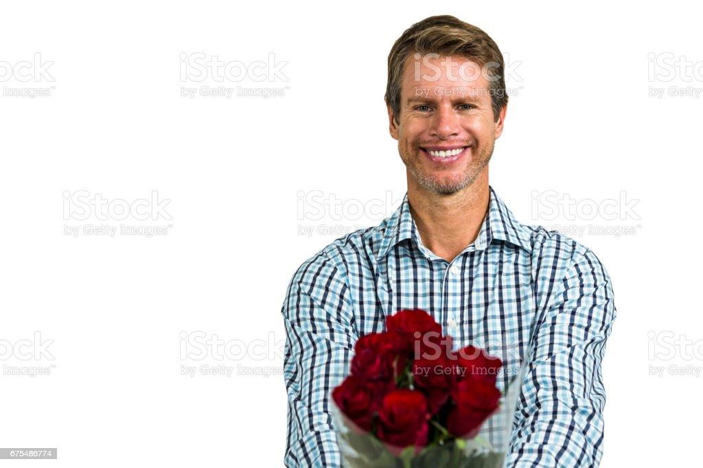 Homme souriant avec bouquet de roses photo libre de droits